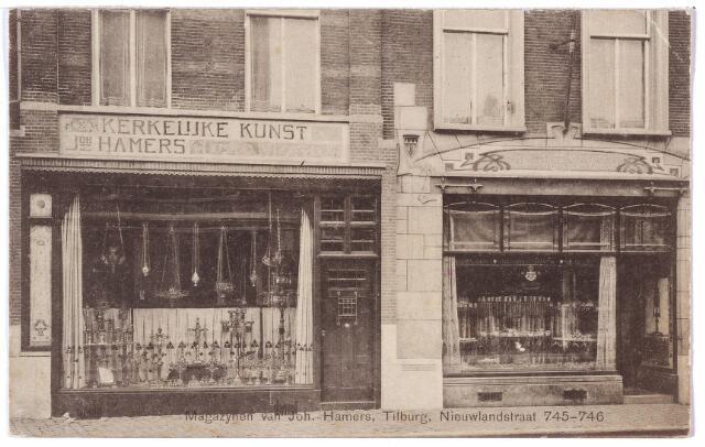 001659 - Nieuwlandstraat M 745-746, later Nieuwlandstraat 59-57. Het pand rechts heeft een zeer fraaie Jugenstil winkelpui. De panden waren eigendom van Joannes Maria Franciscus Hamers, geboren te Tilburg op 29 januari 1865. Hij trouwde te Maastricht op 10 januari 1902 met Maria A.E. Thomassen. Hamers was goud- en zilversmid en begon zijn zaak in 1887. In 1889 vestigde hij zich als juwelier aan de Nieuwlandstraat, waar hij reclame maakte voor 'een buitengewone keuze nouveauté's op het gebied van byouteries'. Als juwelier kreeg hij in 1904 het predikaat hofleverancier. Later zou hij zich,  onder invloed van P.J.H. Cuypers, uitsluitend toeleggen op de edelsmeedskunst in de neogotische richting. De firma is dan bekend als 'Joh. Hamers magazijnen voor kerkelijke kunst'. In 1913 wordt het bedrijf verplaatst naar de Heuvelstraat en is daar bekend als 'firma Hamers Kerkwerken'. Een van de meesterwerken van Joh. Hamers was een gouden zonnemonstrans voor de H. Landstichting. Voor een Tilburgs klooster vervaardigde hij in 1895 een kerk 'in zuivere Gotische stijl', in 1937 een ciborie voor pastoor Nabuurs van de parochie Broekhoven II, in 1939 een metalen calvariegroep voor het hoofdaltaar in de kloosterkapel van de ursulinen. Door zijn werk voor kloosters en kerken kreeg hij in 1901 van paus Leo XIII het zilveren kruis 'Bene Merenti'. In 1895 werd Hamers medeoprichter en bestuurslid van de handelsvereniging 'Tilburg'. Zijn enige openbare funktie, want hij stond bekend als een zeer teruggetrokken man, die leefde voor de kunst. Met een verwijzing naar zijn naam was zijn lijfspreuk 'frappez toujours'. Door zijn grote bescheidenheid liet hij het vijftigjarig bestaan van zijn bedrijf in 1937 geheel onopgemerkt voorbij gaan. Joh. Hamers overleed na een kortstondige ziekte te Tilburg in het ziekenhuis op 27 januari 1941. De zaak werd voorgezet door zijn zoon Adriaan. Zijn dochter trouwde de Goirlese textielfabrikant Eli Peijnenborg. Een broer van Joh. Hamers was Adriaan Hamers, prie