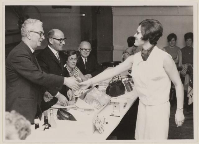 085210 - Dongen. Uitreiking EHBO diploma door pastoor van Hoek, geestlijk adviseur. Daarnaast voozitter A.Michielsen, secretaresse mevrouw M.Asselman en erelid M.van Disseldorp.