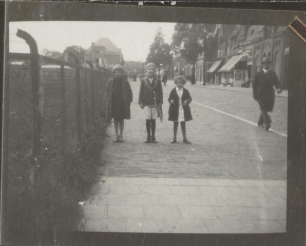 651454 - Marianne van der Plas fotografeerde haar vriendinnetjes op weg naar de openbare school in de Korte Schijfstraat .