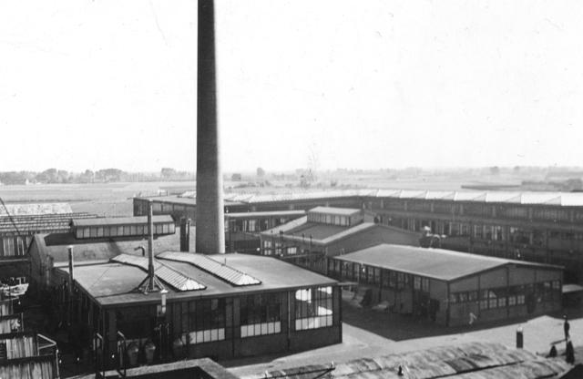656852 - De gebouwen D en G op Volt zuid. In D startte in 1929 de lak spuiterij en in G in 1928 het productie-buro. Beide    gebouwen lagen recht tegenover het hoofdkantoor J.           De foto is genomen in noord/zuid richting.