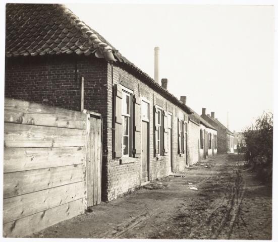 027433 - Krotwoningen aan de Tweede Veedwarsstraat. Thans achterkant Oeverstraat 2 t/m 12.