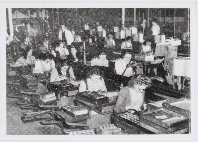 038991 - Volt. Zuid. Fabricage. Productie. Afdeling Condensatoren. Deze foto toont de productie in 1949, toen nog in de shed-bouw C.    (Tussen gloeilamp en hoogspanningstrafo bldz. 40 )  Dat jaar werd Nieuwe Goirleseweg Voltstraat.
