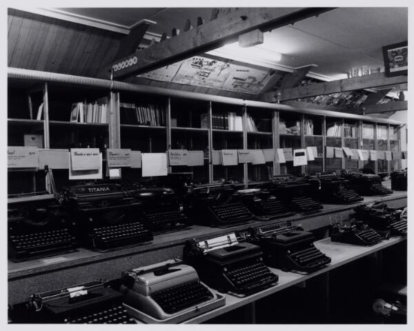 103873 - Tentoonstelling van schrijfmachines, later onderdeel van de collectie van het museum Scryption voor schrift-schrijven en schrijfmachines op zolder bij de fraters van het Moederhuis aan de Gasthuisstraat(ring).De collectie is bijeengebracht door frater Ferrerius van de Berg (1915-1997), vanaf 1988 directeur. Gedurende vele jaren werd de enorme verzameling opgeborgen op de zolder van het Moederhuis aan de Gasthuisstraat(ring). Een gedeelte werd opgeslagen in  een hal van textielfabriek A. & N. Mutsaerts gelegen in dezelfde straat / hoek Phillip Vingboonstraat. Rond 1982 is het Scryption ondergebracht bij het Natuurkundig museum dat al  eerder werd ondergebracht in de gebouwen van de ambachtsschool aan de Spoorlaan.