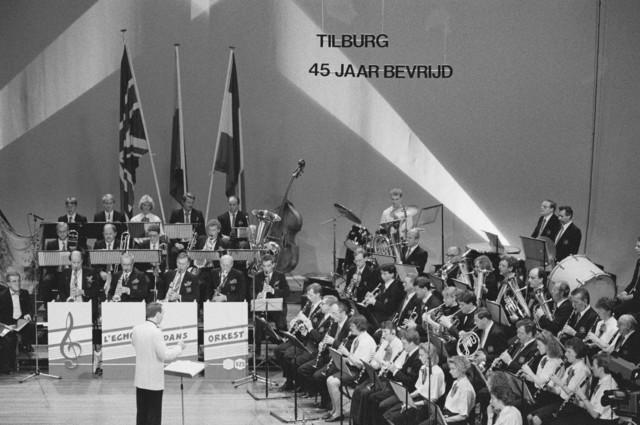 TLB023000116_002 - Optreden van het Harmonieorkest `L´Echo des Montagnes` tijdens de Bevrijdingsfeesten 1989