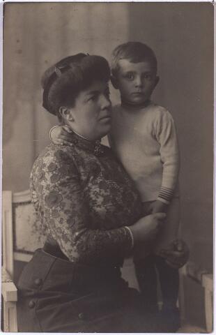 004385 - Josephine R.L.M. GOIJARTS-JANSSENS (Tilburg 1875-1949), echtgenote van wollenstoffenfabrikant Wijnand P.J. Goijarts,  met haar jongste zoon Max (1907-1974).
