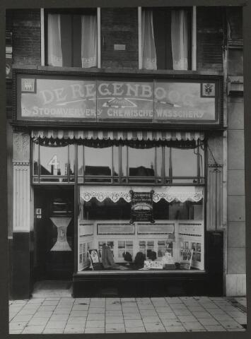 071892 - Een filiaal van stoomververij en chemische wasserij De Regenboog aan de Bisschop Hamerstraat 4 te Nijmegen. De foto is afkomstig uit een album dat werd gemaakt en aangeboden naar aanleiding van het 40-jarig jubileum van textielfabriek De Regenboog van de firma Janssen en Bierens uit Tilburg op 2 december 1930.