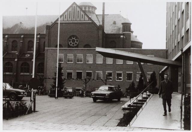 028312 - Rechts verzorgingscentrum St.-Antonius dat grenst aan de gelijknamige kerk aan de Hoefstraat