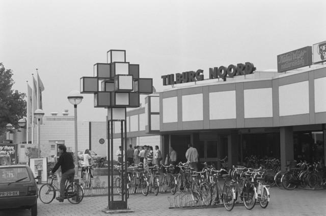 TLB023000005_002 - Middenstand. Ingang / Parkeerplaats / Fietsenstalling Winkelcentrum Wagnerplein