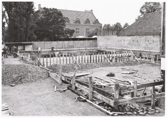 039322 - Volt, Technische  Afdelingen/ Bedrijven, Nieuwbouw. Het leggen van de fundering voor het nieuwe ketelhuis op complex Zuid in 1961.Achteraan is het klooster van Avé Maria te zien.