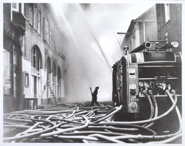 026964 - Brand bij metaalhandel Mercx in de Nieuwlandstraat halverwege mei 1965. Deze uitslaande brand leverde een groot gevaar op, aangezien er in de directe nabijheid op het terrein van de firma Van Vollenhoven - Smulders niet minder dan 50.000 liter olie lag opgeslagen