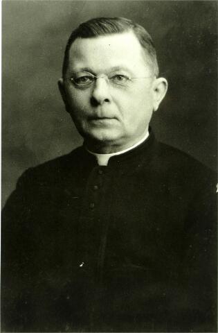 054618 - Bernardus Prinsen, geboren te Hilvarenbeek op 24 februari 1865, overleed te Best op 31 december 1932. Hij werd priester gewijd op 26 juli 1892 en was kapelaan te Velp, Son, Nuland en Raamsdonk en tenslotte pastoor te Best.