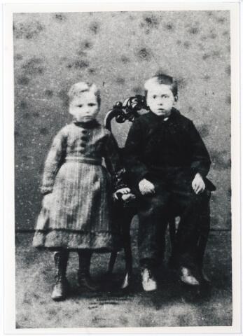 005025 - Henriëtte Marie Louise en Henri LATOUR, kinderen van  Christiaan Hubert Latour (Tilburg 1831 - Parijs 1896) en Elisabeth Catharina van Santbeek (Tilburg 1833 - Parijs 1912). Henriëtte werd geboren in Partijs in 1866, trouwde er in 1894 met Petrus Johannes Knegtel, en overleed te Tilburg in 1910.