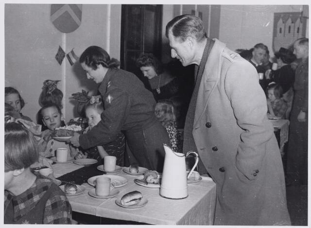 045700 - Tweede Wereldoorlog. Sinterklaasviering in het fraterklooster, georganiseerd door Engelse militairen.