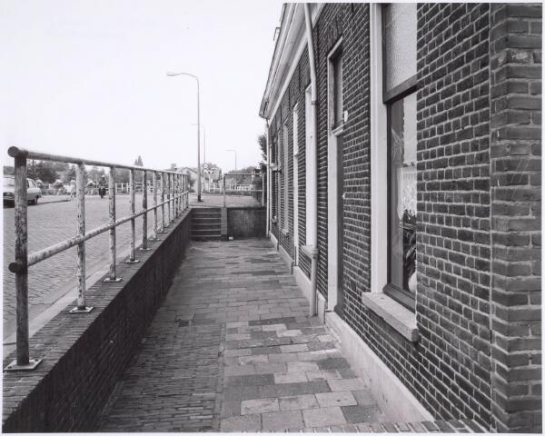 022471 - Voorgevels van huizen aan de Hoevenseweg nabij het Wilhelminakanaal