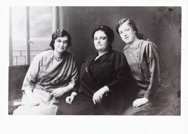 007798 - Dorothea Augusta Maria Francisca Honoria Rottier geboren St. Jansteen 17.2.1909 onderwijzeres te Tilburg aan de r.k. meisjesschool Jozef (Broekhoven) en de mavo aan de Oude Dijk, overleden te Tilburg 30.12.1982, haar moeder Maria Henrietta Josephina Boelaars weduwe van Aloys Marie Rottier, geboren Tilburg 1.3.1881 overleden aldaar op 13.11.1960, en haar zuster Maria Catharina Hendrika Rottier, verpleegster, geboren St. Jansteen 9.7.1910.