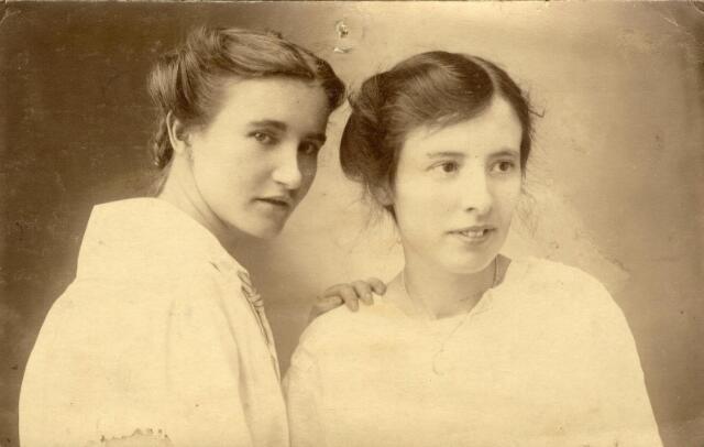 600989 - De zusjes Schults, dochters van Cornelis Schults en Cornelia Cools. Links Anna Maria Schults, geboren te Tilburg op 23 oktober 1887 en aldaar overleden op 1 mei 1970. Zij bleef ongehuwd. Rechts haar, eveneens ongehuwd gebleven, zus Christina Maria Schults, geboren te Tilburg op 2 februari 1895 en aldaar overleden op 30 januari 1966. Zij was onderwijzeres. Vanaf 1928 woonden zij aan de Boerhaavestraat 79.