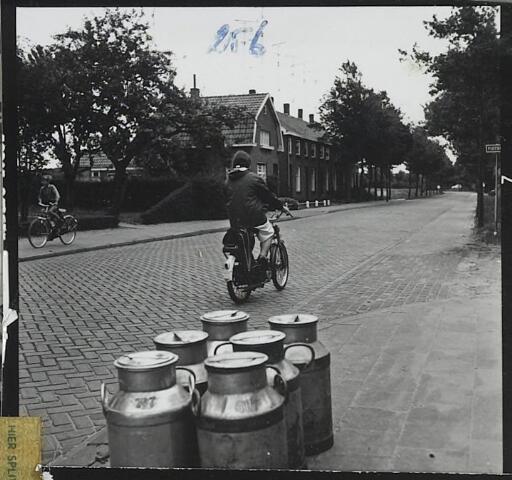 072263 - Landbouw en Veeteelt. Melkbussen aan de Abcovenseweg.