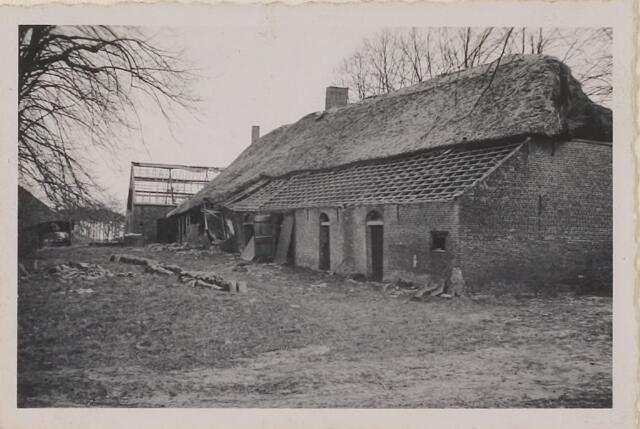 """083787 - WOII; WO2; Hoeve """"Leeuwerikeneik"""". Boerderij voor het ontstaan van oorlogsschade. De eigenaren kregen de kans tot ontruiming (incl. dakpannen) alvorens Duitsers een mijn onschadelijk maakten."""