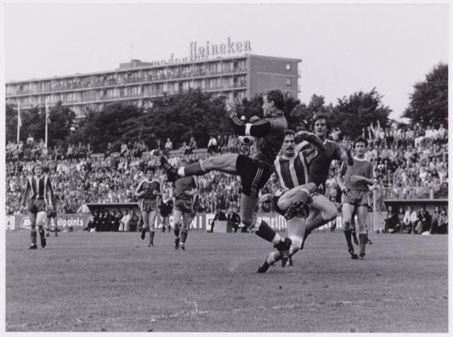 054068 - Sport. Voetbal. Willem II. Voor ruim 20.000 toeschouwers verslaat Willem II Telstaar met 3 - 0 en keert daardoor terug in de ere-divisie. De doelpunten werden gemaakt door C.Bastiaansen, M.v.Geel en D. Cosis. Door dit derde doelpunt had Willem II een beter doelgemiddeelde dan Fortuna S., dat in Groningen gelijk speelde.