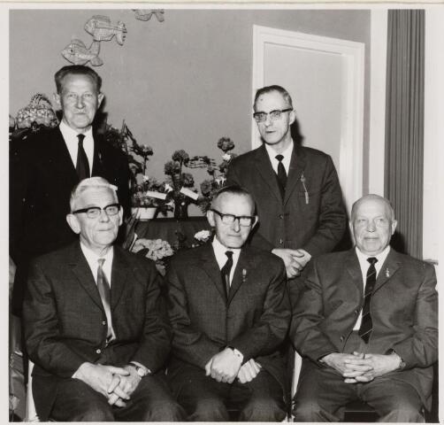 100734 - Gilden, St. Joris Gilde Oosterhout. Vijf jubilarissen gehuldigd vlnr: zittend: H. Loonen, J. Roovers, P. Janssen. Staand: M.  Luyten en A. de Hoogh.