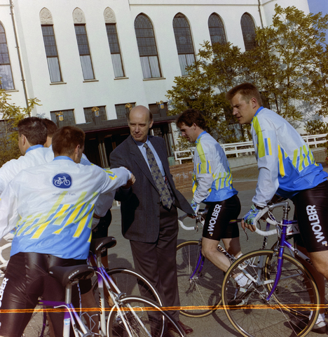 1237_012_908_002 - Gemeente Tilburg: wielergroep bij evenement.