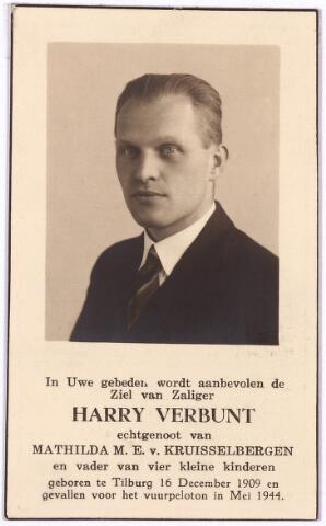 604502 - Bidprentje. Tweede Wereldoorlog. Oorlogsslachtoffers. Henricus Adrianus A.P. Verbunt; werd geboren op 16 december 1909 in Tilburg en overleed op 26 mei 1944 in de Drunense Duinen.  Verbunt verleende als ambtenaar hulp aan hen die vervolgd werden door de Duitsers en hij deed dat door het verstrekken van valse identiteitspapieren. Hij was ook lid van het verzet.  Op instigatie van Gerrits (Tilburgse politieagent, verlengstuk van de Sicherheitsdienst) werd Verbunt, die ondergedoken zat in Doorn, aangehouden. Verbunt was namelijk een van protagonisten van de de mislukte,  voorgenomen aanslag op Gerrits. De hele groep werd ter dood veroordeeld en op 26 mei 19944 in de Drunense Duinen geëxecuteerd. Waar zij begraven liggen is tot op heden onbekend.