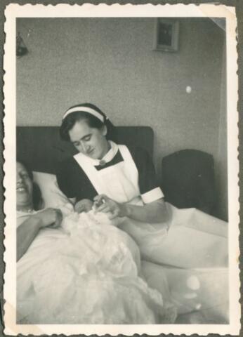 650077 - Verhoeven. Gezin. Jet Verhoeven-Lafèbre (1912-2001) met derde kind (m) Ton Verhoeven, geb. 26.08.1947. Met kraamverpleegster. slaapkamer, kraambed