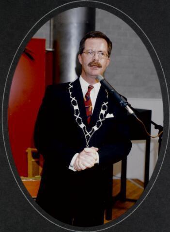 """91296 - Made en Drimmelen. De burgemeester van Made de heer J. Elzinga (1990-1997) tijdens de opening van het Sociaal Cultureel Centrum """"De Mayboom"""" in Made."""