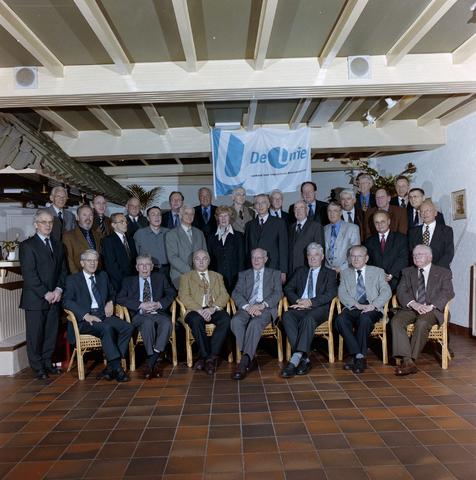1237_001_067_003 - Groepsfoto van Unie BLHP, Unie van Beambten, Leidinggevend en Hoger Personeel, in november 2001.