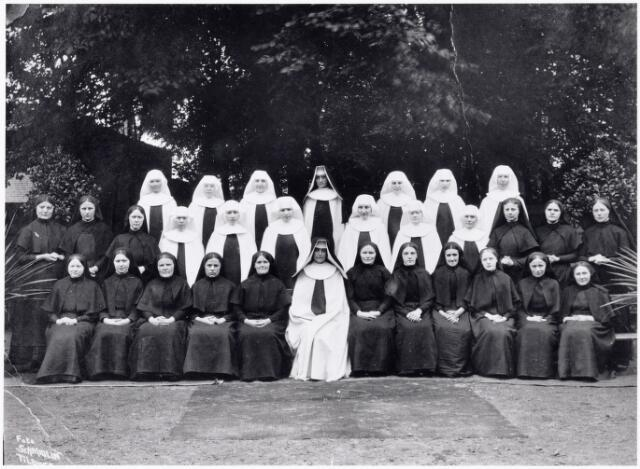 051102 - St.Jozefhuis-St.Anna. De zusters zijn toegewijd aan de orde van de karmelitessen van het Goddelijk Hart.  De zuster met witte mantel en zwarte kap zijn de geprofeste zusters.  De zuster met witte mantel en witte kap zijn de novicen.  De zuster in het zwart zijn de postulanten.