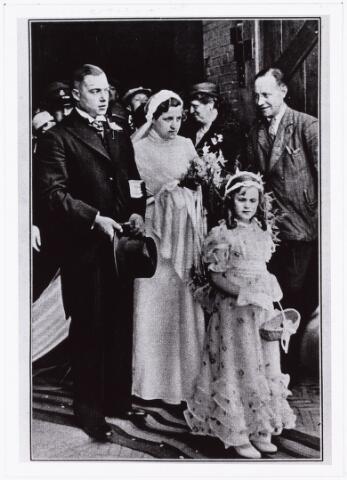 007688 - Bruiloften. Huwelijksfoto van Jan Pijnenburg (1906-1979)  met Mimi Bierens (1911-1990) voor de Heuvelse Kerk
