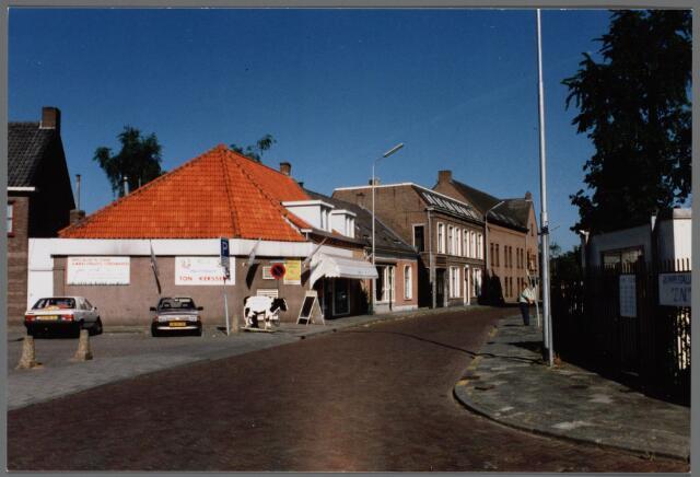 102535 - Hoek Gasthuisstraat / Rulstraat vanaf hoek Laan. Slagerij Ton Kersten, bloemisterij, Van de Meer Bouwbedrijven, dansschool Minneboo.