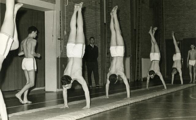 092064 - In 1963 werd de turnploeg van de PAULUS HBS kampioen van Brabant. De jaarlijkse turnwedstrijden voor middelbare scholen uit Midden- en West-Brabant werden toe gehouden in Bergen Op Zoom.