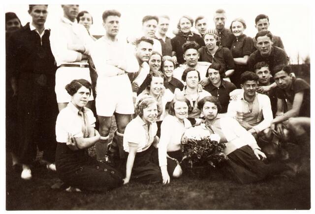 052826 - Volt. Sportvereniging afd. korfbal. vermoedelijk rond 1940. Het team met de lichte shirts is Volt. 2e staande speler van links is Chr. Boeren