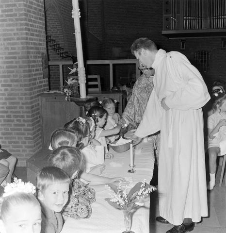 1237_012_983-4_008 - Religie. Kerk. Communicanten. De eerste Heilige Communie in de Maria Boodschap kerk in Goirle in mei 1971.