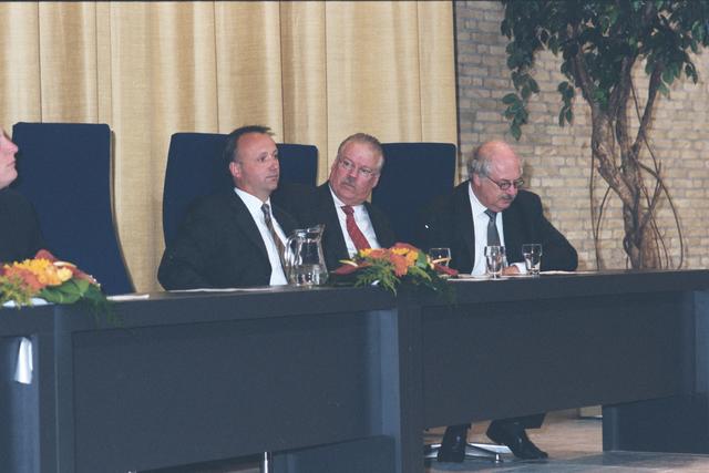 1237_003_294_011 - Scholen. De Rooi Pannen.De Rooi Pannen dankt zijn naam aan het karakteristieke klooster in Tilburg met de opvallende rode dakpannen. Het pand werd in 1914 gebouwd naar een ontwerp van Jan van der Valk. Allerlei opleidingen in het leerplein. Horeca uitreiking diploma 2003