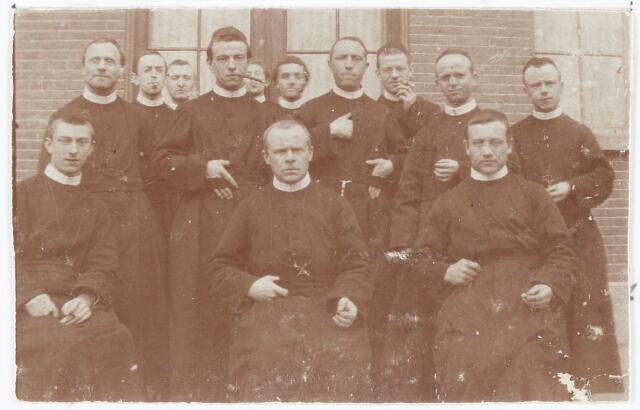 051457 - Basisonderwijs. schoolbestuur/personeel. Afscheid van drie missionarissen van de school Saint Denis.