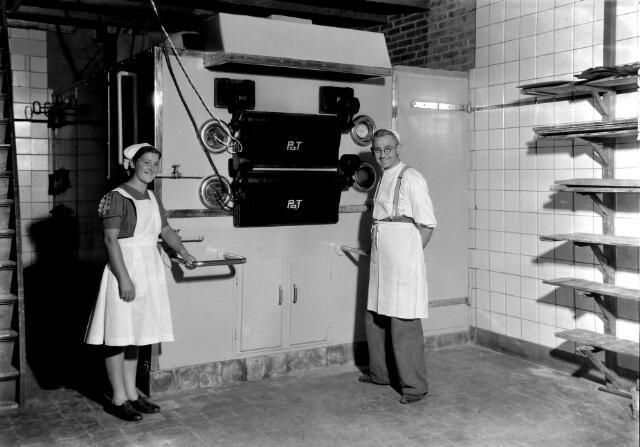 650545 - Schmidlin. Het gemoderniseerde interieur van een bakkerij, juni 1947.
