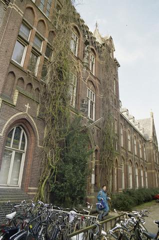 """TLB023000022_003 - Hoofgdingang van voormalig Retraitehuis """"Onze Lieve Vrouw van het Cenakel"""". In 1971 verhuisde het Brabants Conservatorium en Muziekschool naar het Cenakel. Foto genomen in kader """"Kunstonderwijs"""""""