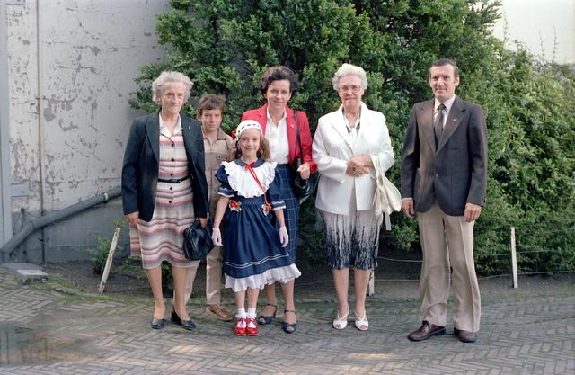 655248 - Familieportret. Ter gelegenheid van de Eerste Heilige Communie viering in de St. Jozefkerk (Heuvelse kerk) op 24 mei 1981.