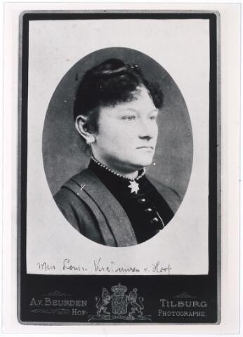 006154 - Louise Verschuuren-van Hoof, echtgenote van L.H. Verschuuren directeur van de Franse school. (reproductie; origineel niet in collectie aanwezig)