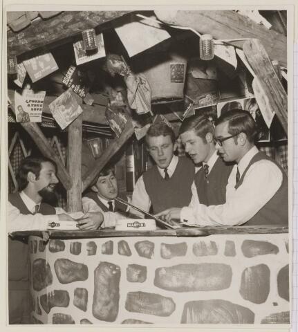 085199 - Dongen. 3 jarig bestaan Soos Charivari, gevestigd in het kartingcentrum. Vorheen schoenfabriek Ameldo. Van l.n.r. M.van Dongen P.van Dongen, R.de Boer, P.v.d.Heijkant, J.Kimenai,