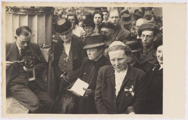 042762 - Koninklijke Bezoeken. H.K.H. prinses Juliana op het balkon van het Paleis-Raadhuis tijdens haar bezoek aan de stad de nationale feestdag, de eerste na de bevrijding. Links van haar de burgemeestersvrouw J. van de Mortel-Houben.