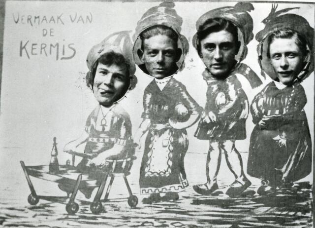 065965 - Kermis. Vermaak van de kermis Een groepje vrolijke kermisgangers heeft op Heuvel deze herinneringsfoto van zich laten maken.