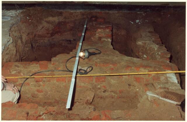 021824 - Opgravingen bij de verbouwing van cafétaria Van Dam op de hoek Heuvelstraat - Nieuwlandstraat in de zomer van 1980