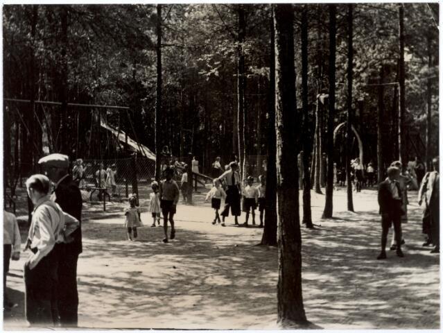 016263 - Dierentuin. Speeltuin in het dierenpark aan de Bredaseweg anno 1931. Oorspronkelijk heette het Burgers Dierenpark, later overgenomen door de firma Van Dijk. In augustus 1973 werden de poorten gesloten.  (meer informatie in het reactieveld bij deze foto)