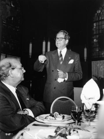 1238_F0149 - Burgemeester Brokx (1988-1997 voor het CDA) en professor de Moor tijdens een diner.