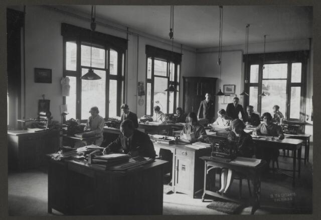 071833 - Het kantoor en kantoorpersoneel van stoomververij en chemische wasserij De Regenboog aan de Bredaseweg te Tilburg. De foto is afkomstig uit een album dat werd gemaakt ter gelegenheid van het 40-jarig jubileum van textielfabriek De Regenboog op 2 december 1930.