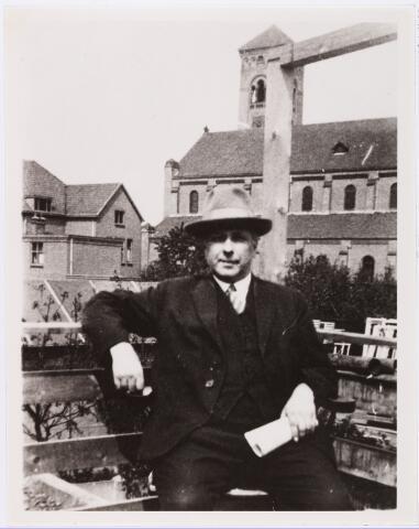 007304 - Anthony Kok, 1 mei 1933, Lovensestraat Tilburg. Spoorwegbeambte, dichter en pianist. Tijdens de mobilsatie raakte hij bevriend met Theo van Doesburg en later ook met zijn derde vrouw Nelly.