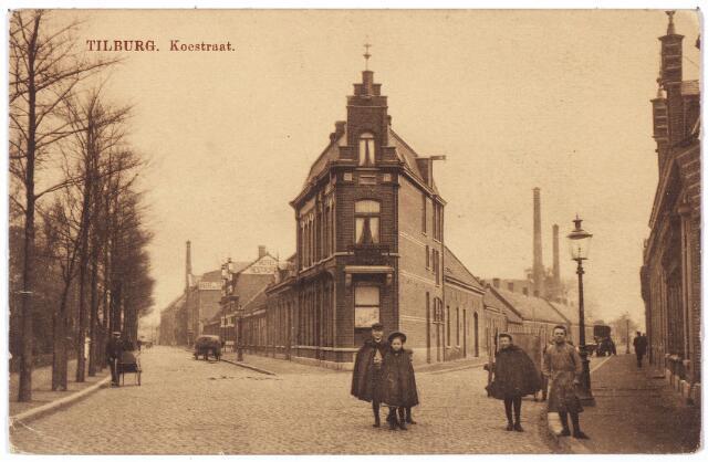 001685 - Het huidige N. S.plein, ontstond na afbraak van het hoekhuis Koestraat (links) en Enschotsestraat (rechts beginnend bij de gaslantaarn) en de aanleg van de Besterdring. Het hoekpand in het midden, (Koestraat 202) gebouwd in 1887 was steeds café. Caféhouders in het begin van de 20e eeuw waren H. Mansvelt, W. Noë, G. de Leuw en H.P.J. de Beer. Na de oorlog was het pand bekend als café Spoorzicht. Caféhouder tot aan de afbraak begin jaren zestig was J.L. Hanssen. Hij is daarna nog caféhouder op het adres Kruisstraat 46. In 1903, toen H. Mansvelt herbergier was, viel F. van Laarhoven tijdens het verteren van de dubbeltjespot in dit café van de trap en liep daarbij ernstig hoofdletsel op. Hij overleed later in het 'gasthuis' aan de Gasthuisstraat.